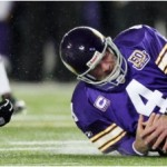 Favre knocked out, Bears beat Vikes to win North