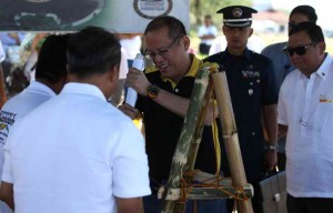 President Benigno S. Aquino III lowers the time capsule during the groundbreaking ceremony for the Mindanao Garden of Peace in commemoration of the 45th Year of the Jabidah Massacre at the Corregidor Island in Cavite on Monday (March 18). In photo is Secretary to the Cabinet Jose Rene Almendras. (MNS photo)