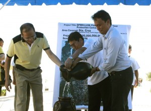 President Benigno S. Aquino III, assited by Laguna Lake Development Authority general manager and Presidential Adviser for Environmental Protection Neric Acosta and DPWH Region IV-A Director Engineer Huillio Belleza, leads the ceremonial launching of the Department of Public Works and Highways – Laguna Lake Development Authority Flood Control and River Protection Convergence Project in Barangay Santisima Cruz, Sta. Cruz, Laguna on Friday (April 05). The Php180-million project will benefit 17,896 residents from Barangays Santisima Cruz, Sto. Angel Central and Norte and Poblacion 3. (MNS photo)