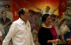 President Benigno S. Aquino III, accompanied by Labor and Employment Secretary Rosalinda Dimapilis-Baldoz, arrives for the Pre-Labor Day Dialogue at the Heroes Hall of the Malacañan Palace on Tuesday (April 30). The conduct of Pre-Labor Day Dialogue is pursuant to the 22-point Labor and Employment Agenda of President Aquino, which essentially consists of among others, the following directives: promote not only the constitutionally protected rights of workers but also their right to participate in the policymaking process; and work with the private and labor sector to strengthen tripartite cooperation and promote industrial peace. (MNS photo)