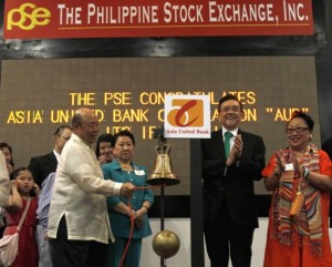 Jacinto Ng (L), Asia United Bank (AUB) Corp chairman, leads the ceremonial ringing of the bell at the Philippine Stock Exchange (PSE), as Anita Ng (2nd L), PSE Chairman Jose Pardo (2nd R) and PSE official Vivian Yuchengco look on, in a financial district of Makati city, metro Manila May 17, 2013. Philippine lender Asia United Bank Corp jumped as much as 9.5 percent on its market debut on Friday after an oversubscribed public offer, the first listing since the country won investment rating upgrades from two agencies this year. (MNS photo)
