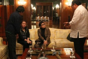 Secretary to the Cabinet Jose Rene Almendras talks with fugitive businesswoman Janet Lim-Napoles, husband Jimmy and lawyer Atty. Lorna Kapunan at the President's Hall Receiving Area of the Malacañan Palace Wednesday night (August 28). The surrender feeler was sent by Atty. Kapunan to Presidential Spokesperson Edwin Lacierda hours after President Aquino announced a P10-million reward to anyone who can give information for the immediate arrest of the alleged brains behind the P10-billion pork barrel scam. (MNS photo)