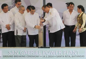 President Benigno S. Aquino III leads the ceremonial laying of the San Gabriel Power Plant Project time capsule in Brgy. Sta Rita, Batangas City  January 14 that include Batangas Governor-turned actress Vilma Santos, among the many manifestations of continued economic growth in the Philippines. (MNS Photo)