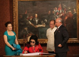President Benigno S. Aquino III and His Excellency Dato' Sri Haji Mohammad Najib bin Tun Haji Abdul Razak, Prime Minister of Malaysia, witness as Datin Sri Rosmah Mansor signs in the Palace guest book at the Reception Hall of the Malacañan Palace for the Prime Minister's Working Visit to the Philippines and to witness the signing of the Comprehensive Agreement on the Bangsamoro on Thursday (March 27).