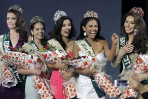 Filipino Jamie Herrell (C) reacts as she is crowned to be the bet to this year's Miss Earth, during coronation night at the Mall of Asia Arena in Pasay city, south of Manila, Philippines, 11 May 2014. (MNS photo)