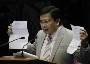 Senator Jinggoy Estrada shows some documents during his privilege speech on the controversial Priority Development Assistance Fund (PDAF) issue at the Senate on Wednesday (March 12, 2014). (MNS photo)