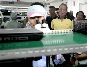 """President Benigno S. Aquino III looks at a lab worker during a visit at the production and training facilities of Alliance Mansols, Inc at the Laguna Technopark in Biñan City, Laguna during the visit to Alliance Mansols, Inc. last May 1. Government officials warned that there has been a """"brain drain"""" the Advanced Science and Technology Institute as well as at the Philippine Institute of Volcanology and Seismology (PHIVOLCS) (MNS photo)."""