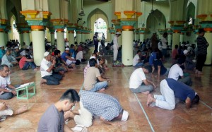 Filipino Muslims gather at the Quiapo Mosque in Manila on Sunday (June 29, 2014) to mark the start of Ramadan, a time for spiritual reflection. During the month of Ramadan, Muslims are required to abstain from eating, fasting, smoking and sex from dawn to dusk. (MNS photo)