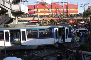 The Metro Rail Transit (MRT) train slams the barrier at the corner of EDSA and Taft Avenue Station on Wednesday afternoon (Aug. 13, 2014) in Pasay City. (MNS photo)