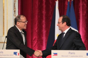 PARIS, France) President Benigno S. Aquino III shares a light moment with French President Francois Hollande during the Joint Press Statement at the ground floor of the Palais de l'Elysee on Wednesday (September 17). (MNS photo)