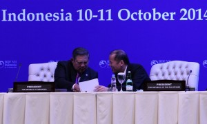 (BALI, Indonesia) President Benigno S. Aquino III exchanges views with Indonesian President Susilo Bambang Yudhoyono during the Opening Session the 7th Bali Democracy Forum at the Nusantara Hall II of the Bali International Convention Center on Friday (October 10). The gathering is an annual, intergovernmental forum on the development of democracy in the Asia-Pacific region. (MNS photo)