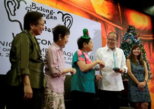 President Benigno S. Aquino III receives the Exemplar in Government Service Award from Bulong Pulungan Media Forum co-founder and moderator Deedee Siytangco, co-founders Julie Yap-Daza, Rina Jimenez-David and Joanne Ramirez during the 28th annual Bulong Pulungan Christmas Party at the Luzon Ballroom of the Sofitel Philippine Plaza Manila in CCP Complex, Roxas Boulevard, Pasay City on Friday (December 05). Eight other public servants were awarded during the event. The Bulong Pulungan media forum started 28 years ago on the onset of People Power by the country's leading lifestyle journalists. (MNS photo)