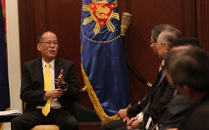 (SINGAPORE) President Benigno S. Aquino III exchanging pleasantries with Temasek chairman Lim Boon Heng during a business meeting at the State Room, Valley Wing of the Shangri-La Hotel Singapore on Wednesday (November 19) as part of his official visit to Singapore. (MNS photo)