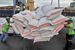 Dock workers unload part of the 2,160 bags of Vietnamese rice on Thursday at the Eva Macapagal Port in Pier 15 in Manila. The shipment is part of the 500,000 metric tons scheduled for importation from Vietnam that will add to the country's stockpile.  (MNS photo)