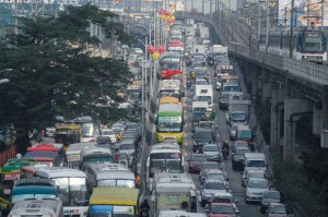 Traffic on EDSA near the Kamuning Avenue flyover is heavy again on Tuesday after the long, 5-day holiday amid the visit of Pope Francis. Despite some roads being closed for motorcades during the papal visit, the holidays kept traffic light in the metropolis. (MNS photo)