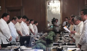 President Benigno S. Aquino III leads his official family in prayer before presiding over the National Economic and Development Authority Board Meeting at the Aguinaldo State Dining Room of the Malacañan Palace on Monday (February 16). Also in photo are Secretary to the Cabinet Jose Rene Almendras, Finance Secretary Cesar Purisima, Environment and Natural Resources Secretary Ramon Paje, Energy Secretary Jericho Petilla, Presidential Management Staff Head Julia Abad, Metropolitan Manila Development Authority chairman Francis Tolentino, Mindanao Development Authority chairperson Luwalhati Antonino, Transportation and Communications Secretary Joseph Abaya, Trade and Industry Secretary Gregory Domingo, Socio-Economic Planning Secretary Arsenio Balisacan and Public Works and Highways Secretary Rogelio Singson. (MNS photo)