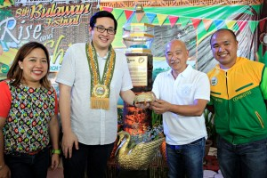 """SEN. BAM IN COMPOSTELA VALLEY – Senator Bam Aquino addresses the youth participants of the 8th Bulawan Festival Friday (March 6, 2015) at the provincial capitol in Nabunturan, Compostela Valley. After his inspirational talk, Sen. Bam poses with the province's """"solidarity ring"""" together with Compostela Valley Gov. Arturo Uy, board member Tyrone Uy and 1st District Rep. Maricar Zamora.  (MNS photo)"""