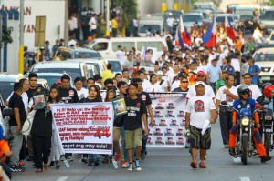 Relatives and supporters of the SAF 44, members of the Philippine National Police-Special Action Force (PNP-SAF) who were killed during the Mamasapano clash, march along EDSA on Sunday. The march turned out to be a solemn memorial honoring the troopers who died on January 25. (MNS photo)