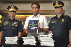 Interior Secretary Mar Roxas (center) receives the Board of Inquiry (BOI) report on the Mamasapano incident from Philippine National Police OIC Deputy Director General Leonardo Espina (right) and Director Benjamin Magalong, the BOI chairman, on Friday. The report was immediately made public.(MNS photo)