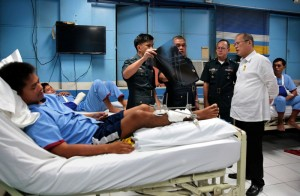 President Benigno S. Aquino III visits the wounded soldiers confined at the V. Luna Hospital in Quezon City and the Army General Hospital in Fort Bonifacio, Taguig City on Monday afternoon (March 16). President Aquino personally thanked the injured troopers for their gallantry and bravery during their separate encounters with members of the Bangsamoro Islamic Freedom Fighters in Maguindanao, and the Abu Sayaff Group in Jolo and Basilan in the all-out offensive launched by the military against lawless elements in Mindanao. (MNS photo)