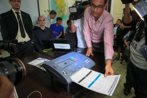 Marlon Garcia of Smartmatic Corporation shows the use of a Precinct Count Optical Scan (PCOS) machine at the Commission on Elections (Comelec) headquarters in Manila on Tuesday. Use of the PCOS in the 2016 elections is still up in the air after the Supreme Court voided Comelec's maintenance contract with Smartmatic last April.(MNS photo)