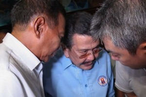 Vice President Jejomar Binay (left) huddles with Manila Mayor Joseph Estrada (center) and United Nationalist Alliance spokesperson Toby Tiangco during a visit to the Manila City Hall on Wednesday. Binay and Estrada were mum on the agenda of the meeting. (MNS Photo)