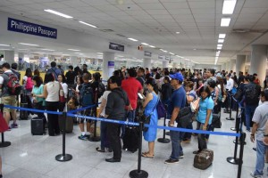 Passengers form long queues to the immigration counters at the Ninoy Aquino International Airport Terminal 3 on Thursday morning. Some passengers missed their flights as the whole check-in process took hours due to the shortage of manpower from the Bureau of Immigration. (MNS Photo)