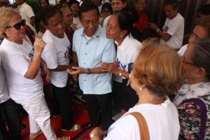 "Vice President Jejomar Binay speaks to senior citizens in Amapola St., Barangay Pembo, Makati, Thursday. The city government of Makati has been under public scrutiny amid new allegations of having ""ghost"" senior citizens who reportedly receive benefits. (MNS photo)"