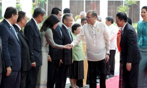 President Benigno S. Aquino III and General Prayut Chan-o-cha, Prime Minister of the Kingdom of Thailand, greet Thai officials during the welcome ceremony at the Malacañan Palace Grounds on Friday (August 28). This is the Thai Prime Minister's first official visit to the Philippines since assuming office in August 2014. (MNS photo)