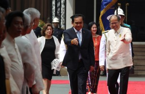 President Benigno S. Aquino III welcomes General Prayut Chan-o-cha, Prime Minister of the Kingdom of Thailand, upon arrival at the Malacañan Palace Grounds for the Official Visit to the Philippines on Friday (August 28). This is the Thai Prime Minister's first visit to the Philippines since assuming office in August 2014. (MNS photo)