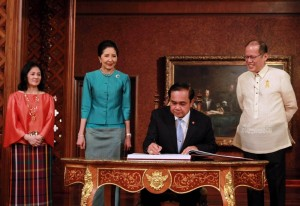 President Benigno S. Aquino III witnesses General Prayut Chan-o-cha, Prime Minister of the Kingdom of Thailand, sign the Palace Guest Book at the Reception Hall of the Malacañan Palace on Friday (August 28). This is the Thai Prime Minister's first official visit to the Philippines since assuming office in August 2014. Also in photo are Madame Naraporn Chan-o-cha and Presidential Sister Maria Elena Balsy Aquino Cruz. (MNS photo)