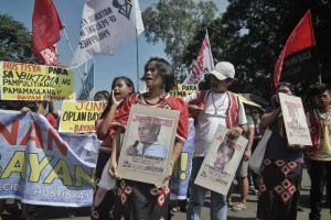 -- Lumads and human rights advocates protest outside the House of Representatives during the deliberation of 2016 Department of National Defense budget. The groups called for an independent investigation into extrajudicial killings and human rights violations in Lianga, Surigao del Sur allegedly perpetrated by paramilitary forces. (MNS photo)
