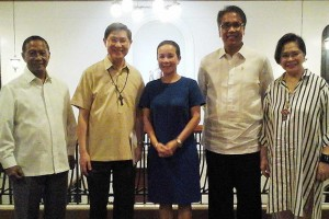 Vice President Jejomar Binay, Manila Archbishop Luis Antonio Cardinal Tagle, Senator Grace Poe, Interior and Local Government Secretary Mar Roxas and Parish Pastoral Council for Responsible Voting Chairperson Henrietta de Villa pose for a group photo after a private meeting on Monday night called by the PPCRV. (MNS photo)