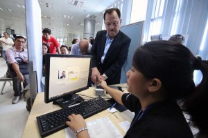 Comelec Commissioner Athrur Lim take his biometric registration as overseas voters of Hongkong at DFA Aseana voting field registration center in Macapagal Ave. Pasay City on Wednesday. (MNS Photo)