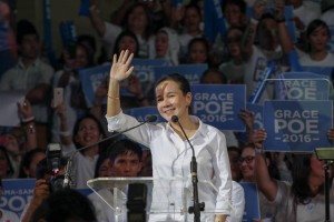 Senator Mary Grace Poe Llamanzares waves to her supporters shortly after her speech declaring her candidacy for the presidential election in 2016, at the Bahay Alumni in U.P. Diliman on Wednesday. Poe, running as an independent, finally ended months of speculation on her political plans. (MNS photo)