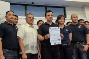 Sen. Antonio Trillanes with members of Magdalo party, shows his certificate of candidacy (CoC) for vice president, at the Palacio del Gobernador in Manila, Tuesday. Trillanes will be running as an independent candidate, but expressed support for Sen. Grace Poe's presidential bid in the 2016 elections. (MNS photo)