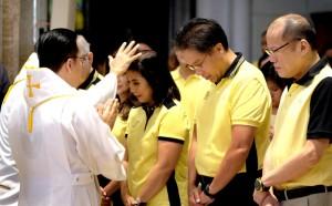 President Benigno S.  Aquino III accompanied Liberal Party (LP) presidential bets Mar Roxas and vice president Leni Robrebo in the early morning mass at the Manila Cathedral Thursday, October 15, before heading to Palacio del Gobernador, where the Comelec office is situated.  The LP tandem Mar and Leni later filed their Certificate of Candidacy (COC) as standard bearers of the Liberal Party for  the 2016 national elections. (MNS photo)