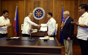 President Benigno S. Aquino III congratulates newly installed Department Of Interior and Local Government Secretary Mel Senen Sarmiento after the oathtaking held at the office of the President, Malacañan Palace on Tuesday (September 29). With Liberal Party Presidential Standard Bearer  Manuel Roxas III, Speaker of the House Sonny Belmonte and DOTC Secretary Joseph Abaya as witnesses to the oath.  (MNS Photo)