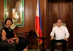 President Benigno S. Aquino III exchanges pleasantries with Stephen Solarz Memorial Fund founder Nina Solarz during the Courtesy Call at the Music Room of the Malacañan Palace on Friday (November 06, 2015). (MNS photo)