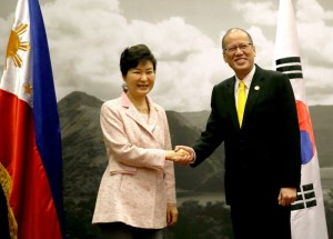 President Benigno S. Aquino III welcomes Republic of Korea President Park Geun-hye during the expanded bilateral meeting at the Sofitel Philippine Plaza Hotel on Wednesday (November 18, 2015), at the sidelines of the APEC Economic Leaders' Meeting. (MNS Photo)