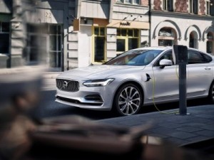 A Volvo S90 plug-in hybrid using a roadside charging point. © Volvo