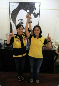 Batangas Gov. Vilma-Santos Recto raises the hand of Liberal Party (LP) vice presidential candidate Leni Robredo as expression of her support during their meeting on Wednesday before the party's grand rally at Batangas City Sports Coliseum. (MNS photo)