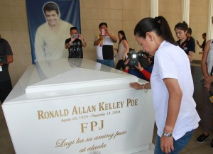Presidential aspirant Senator Grace Poe visited the tomb of his late father Fernando Poe Jr. at the North Cemetery before going to her precinct in San Juan City on Monday (May 9, 2016) to cast her vote. (PNA photo courtesy of Poe-Chiz media bureau)