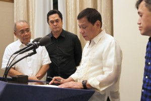 President Rodrigo R. Duterte signs the Freedom of Information (FOI) Executive Order in Davao on July 23. Witnessing the signing are Special Assistant to the President Christopher Lawrence Go (partly hidden), Presidential Communications Secretary Martin Andanar and Presidential Spokesperson Ernesto Abella. (MNS photo)
