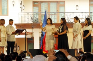 """New Philippine Vice President Maria Leonor """"Leni"""" Robredo (center) takes her oath as the country's second highest elected official in the presence of Rolando Coner (2nd from left), chairman of Barangay Punta Tarawal in Camarines Sur and Regine Celeste San Miguel (1st from left), chairman of Barangay Mariana in Quezon City at the Quezon City Reception House in New Manila on Thursday (June 30, 2016). She is joined by her three daughters Jillian Therese (4th from left), Janine Patricia (5th from left) and Jessica Marie (6th from left). (PNA photo by Jess M. Escaros Jr.)"""