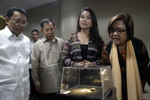 Senator Leila de Lima (right) views replicas of Central Bank's pre-Hispanic gold collection during the opening of exhibit: Ginto a Golden Heritage from Our Filipino Ancestor on Monday (Aug. 1, 2016) at the 2nd floor Senate Hallway in Pasay City. From left are Bangko Sentral ng Pilipinas Deputy Governor Diwa C. Guinigundo, National Commission on Culture and the Arts (NCCA) Chairman Felipe De Leon, Jr., and Senator Loren Legarda. The exhibit features ancient ornaments crafted by our Filipino ancestors from 700 to 1,200 years ago. These form part of the BSP Pre-Hispanic Gold Collection. (MNS photo)