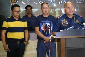 Philippine National Police chief Director General Ronald dela Rosa presents former Marantao Mayor Mohammad Ali Abo Abinal (center) and Maguing Mayor Mamaulan Abinal Molok (left) at Camp Crame on Friday. Abinal and Molok surrendered after receiving information that they were included in President Duterte's list of narco-politicians.(MNS photo)