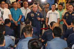 "Philippine National Police chief Director General Roland Dela Rosa speaks to politicians and police officers named by President Rodrigo Duterte as allegedly involved in the illegal drug trade. Some personalities on Duterte's list ""voluntarily surrendered"" at Camp Crame on Monday.(MNS photo)"
