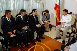 President Rodrigo R. Duterte meets with Japanese foreign affairs officials led by (from right to left) Minister of Foreign Affairs Fumio Kishida, Ambassador of Japan to the Philippines Kazuhide Ishikawa, and Southeast and Southwest Asian Affairs Department Director General Kazuya Nashida at the Executive Room of the Presidential Guest House in Panacan, Davao City on August 11. (MNS photo)