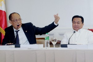Budget Secretary Benjamin Diokno (left) gestures to stress a point in his response to a question during a press conference on the proposed 2017 National Budget of PHP3.35-trillion which he submitted to the House of Representatives in Quezon City on Monday (Aug. 15, 2016). Also in photo is House Speaker Pantaleon Alvarez. (MNS photo)